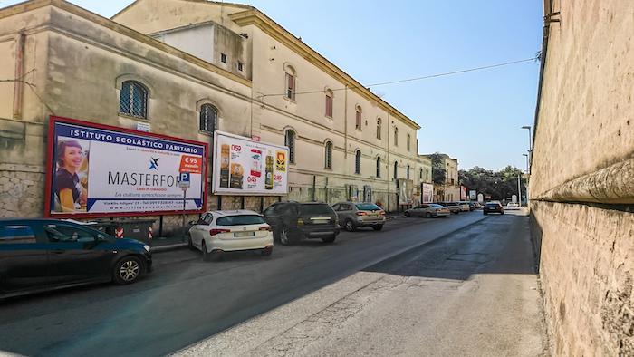 1090 – Via Cugini presso ingresso Mercato Fadini (1° da sx) – Taranto